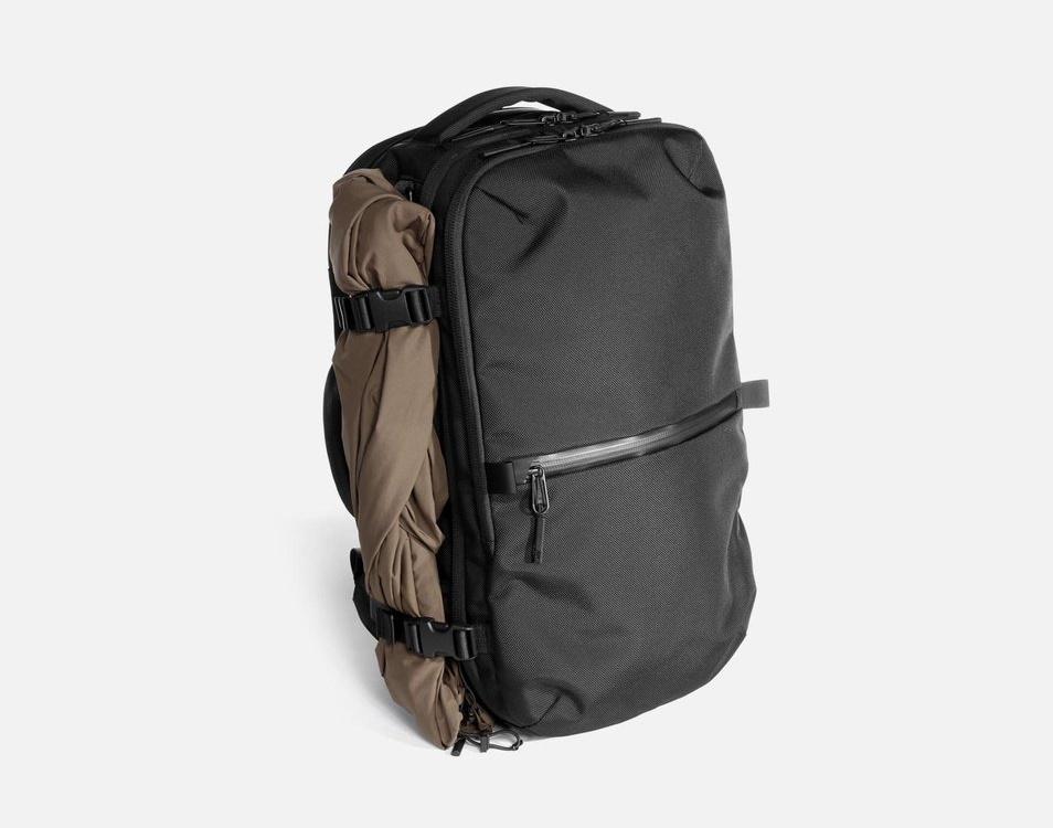 Aer Travel Pack 2 Utilizando Correas de Compresión para Guardar Chaqueta