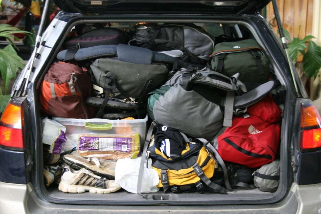 Bolsas de Viaje Apiladas en un Coche