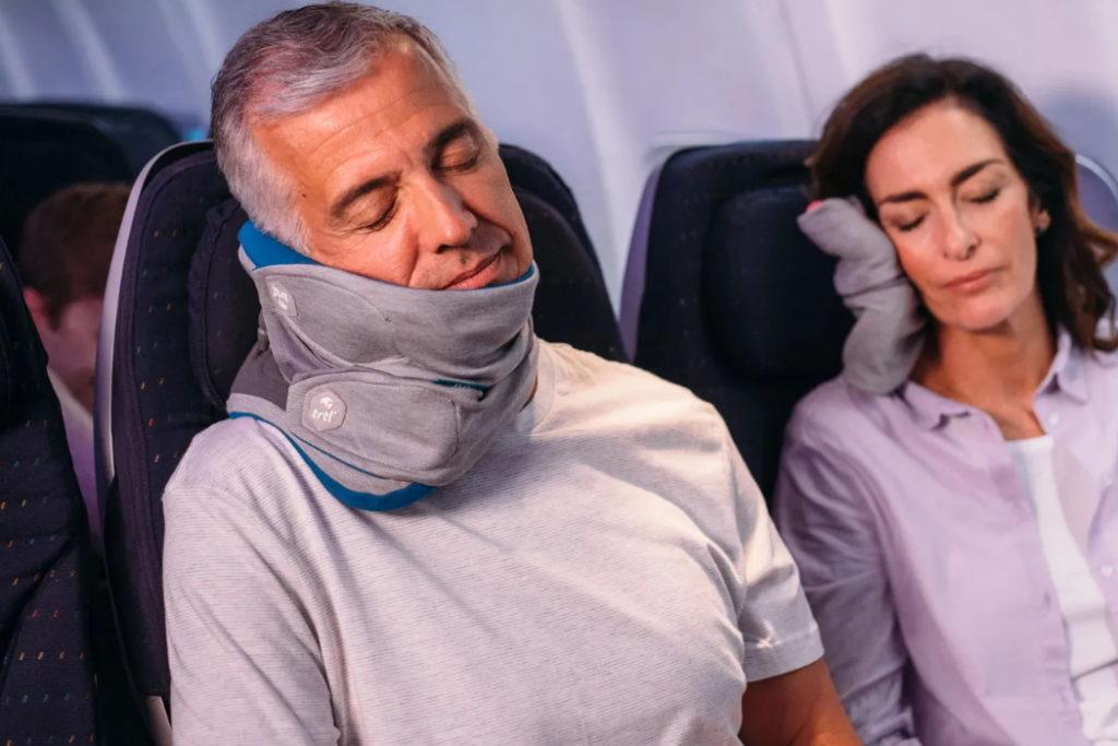 almohada de viaje ajustable trtl pillow plus avion