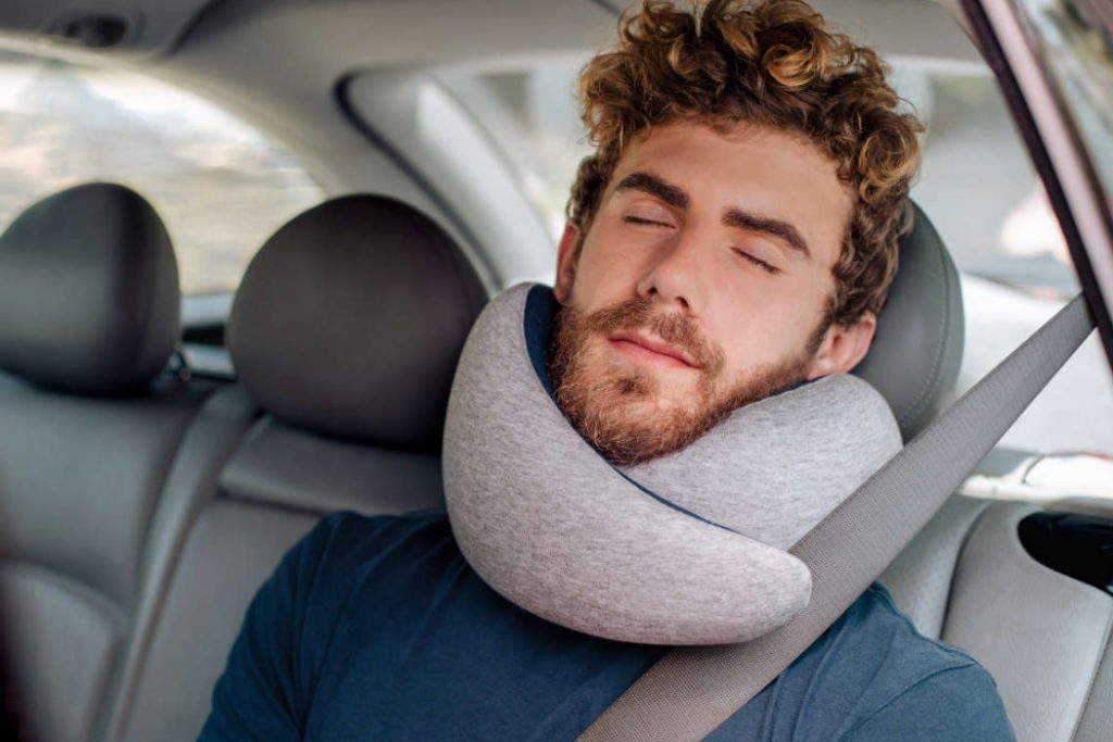 almohada de viaje ostrichpillow go coche
