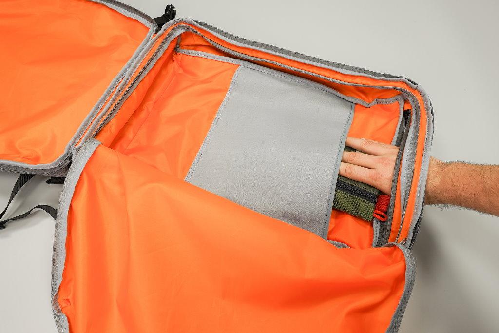mochila de viaje amazonbasics interior