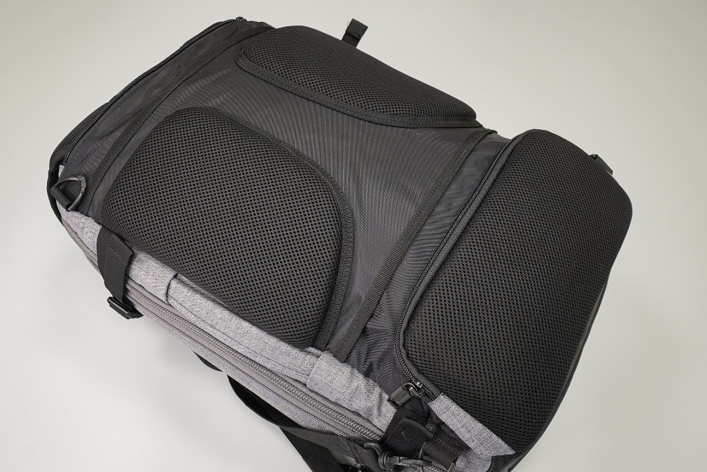 mochila de viaje amazonbasics parte trasera