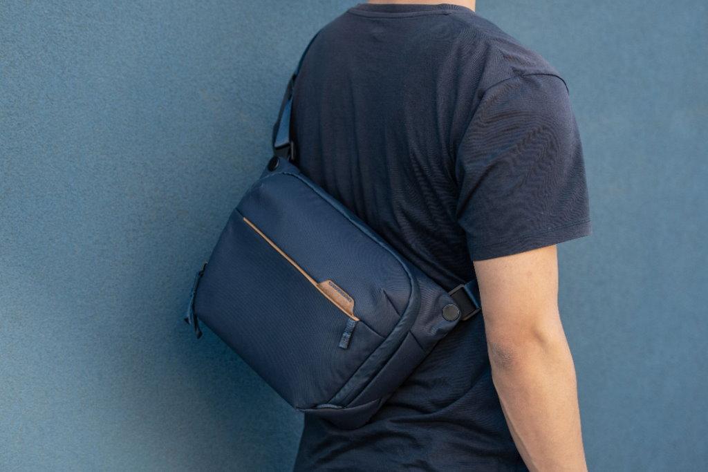 peak design everyday sling 6l v2 espalda